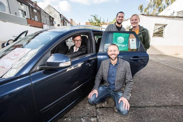 Schepen Filip Watteeuw, Karel Lootens (vooraan), Brahim Lagzaoui en Jeffrey Matthijs bij een van de deelauto′s. (copyright Yves Masscho)